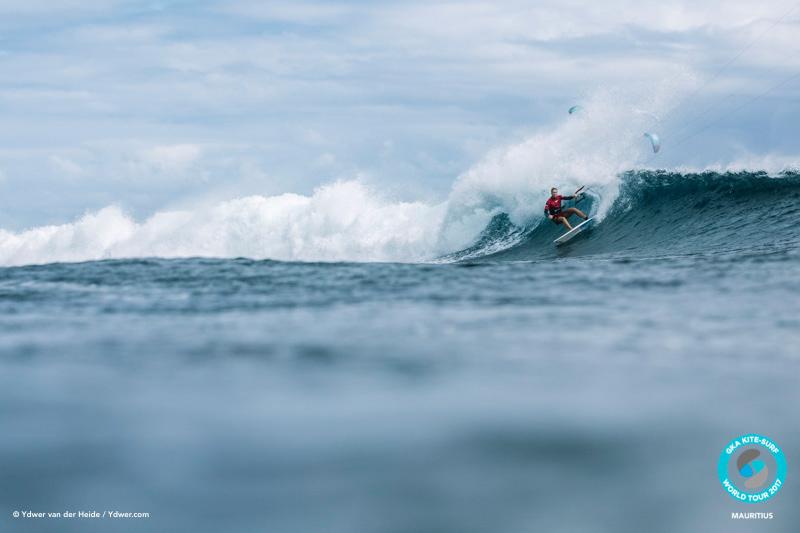 Jalou gunning it from the off GKA Kite-Surf